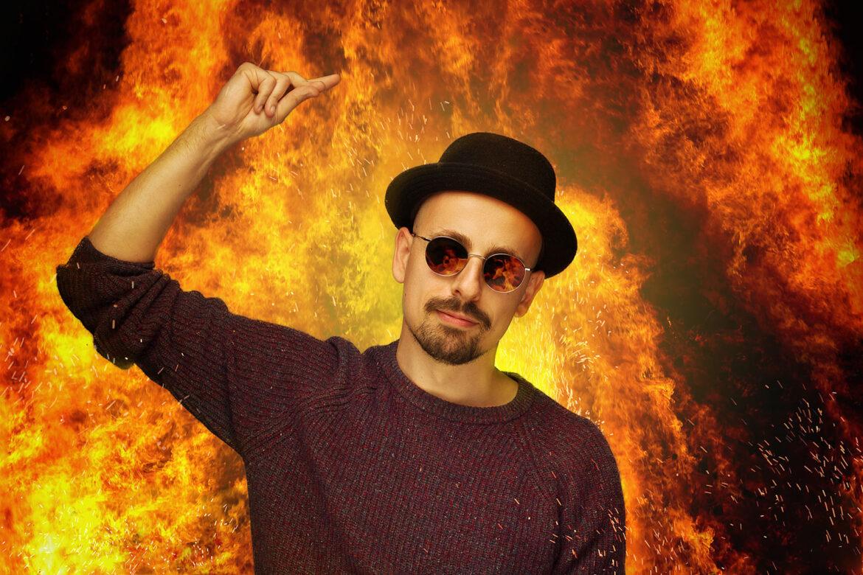 Friso Visser met een explosie op de achtergrond
